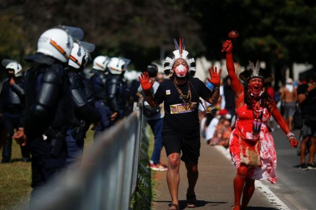 Indígenas protestam e são observados por policiais
