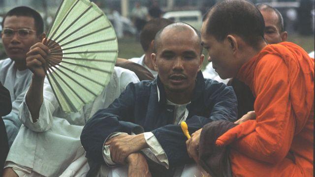 Nhà sư Thích Trí Quang bên ngoài Dinh Độc lập ở Sài Gòn, nơi ông dàn dựng một buổi biểu tình ngồi cùng với các nhà sư Phật giáo khác Ông yêu cầu Tổng thống Nguyễn Văn Thiệu rút lại một sắc lệnh công nhận phe phái ôn hòa, do lãnh đạo thân chính phủ là Thích Tam Châu, làm Giáo hội Phật giáo chính thức.