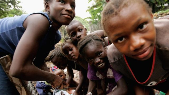 Des enfants lavent le linge dans une rivière à Wilberforce, à Freetown, le 26 Novembre 2006.