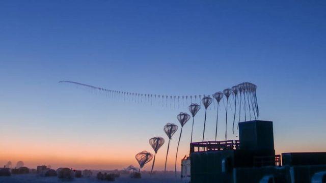 Fotos de lapso de tempo da liberação de uma sonda para o estudo do ozônio na estação Amundsen-Scott, no Pólo Sul