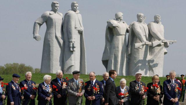 Veteranos de la Segunda Guerra Mundial en el monumento a los hombres de Panfílov en Dubosekovo, cerca de Moscú.