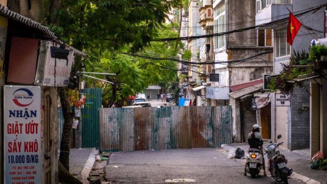 Một hàng rào tạm thời được dựng lên để chống dịch ở Hà Nội vào tháng 9/2021