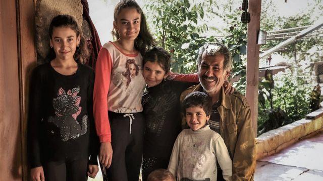 Edik Qasparyan nəvələriylə birlikdə. Edik 1988-ci ildə Bakıdan qaçqın düşdükdən sonra həyatını sıfırdan qurmalı olub.
