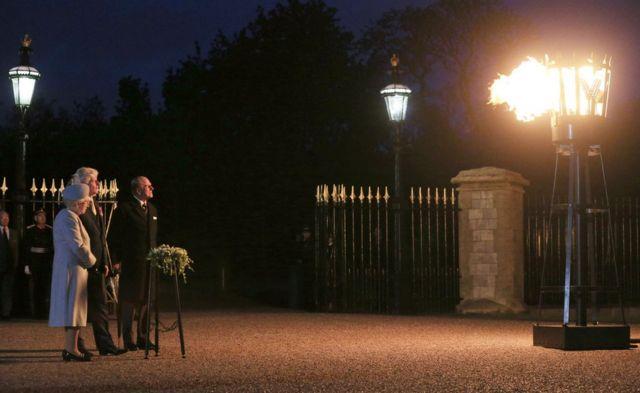 Kraliçe 2. Elizabeth, 2015 yılında Edinburg Dükü eşliğinde, Windsor Kalesi'nde 70. Zafer Günü anmaları kapsamında meşale yaktı.