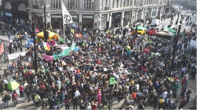 Những người biểu tình tham gia phong trào tại Oxfor Street