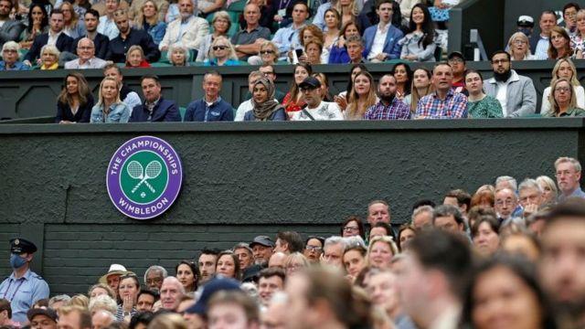 Khán giả xem tennis tại giải Wimbledon, London ngày 6/7
