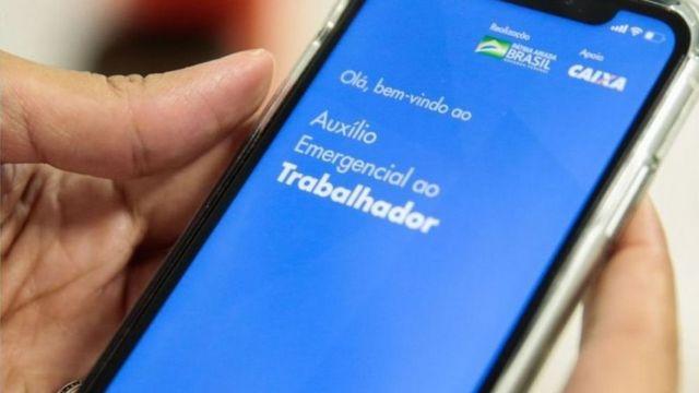 Celular com o aplicativo do auxílio aberto