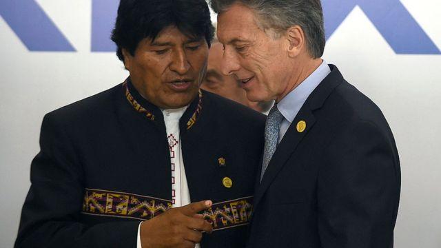 Mauricio Macri y Evo Morales conversa en una cumbre presidencial.