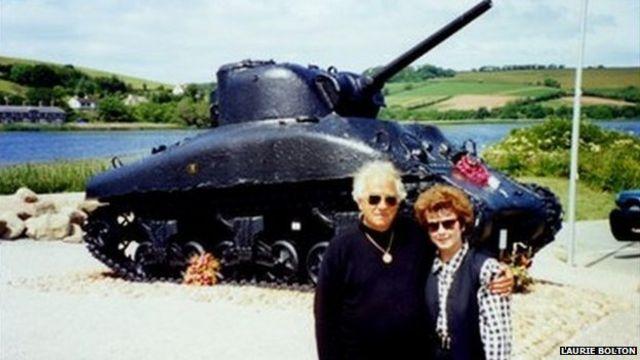 Кен Смолл и Лаура Болтон возле мемориального танка