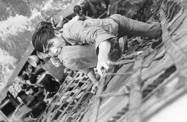 Thuyền nhân Việt Nam khi được tàu Mỹ vớt tại Biển Đông sau biến cố 30/4/1975