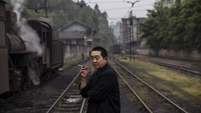 仕事の合間に一服する鉄道会社のエンジニア(中国・四川省)