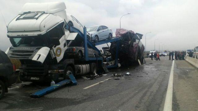 52 sərnişinlə Moskvadan Yerevana hərəkət edən Mercedes markalı avtobus, avtomobil daşıyan Scania markalı maşınla toqquşub