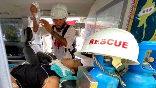 在仰光赫勒丹(Hledan)镇,受伤男子在一辆救护车上接受治疗。(photo:BBC)