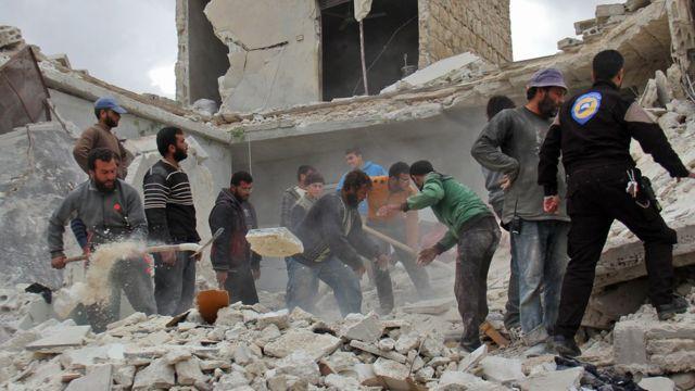 قصف طال أحد المباني في مدينة حلب