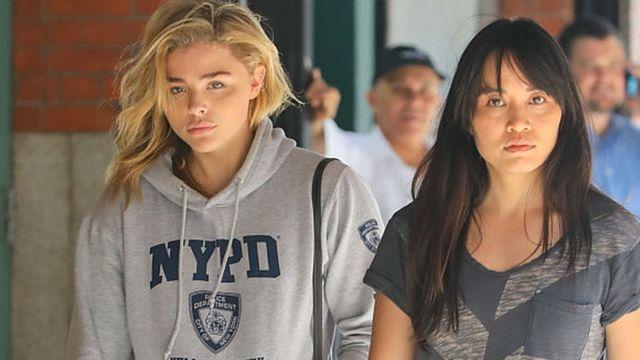 الممثلة كلوي غرايس موريتز ترتدي سترة تحمل العلامة التجارية لشرطة نيويورك