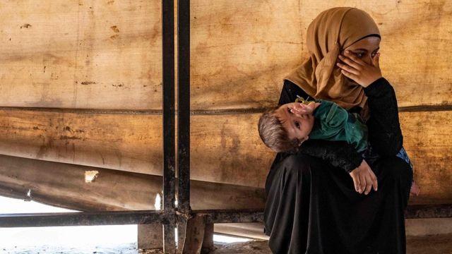 женщина с ребенком в лагере Айн-Исса