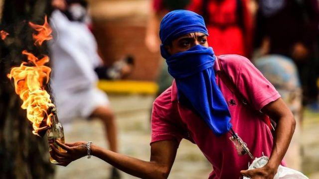 اندلعت اشتباكات دامية بين المحتجين والشرطة