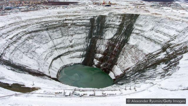 Mina de diamantes Mir na Rússia, coberta de neve