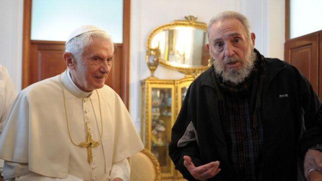 Le pape Benoît XVI rencontre l'ancien président cubain Fidel Castro (D)