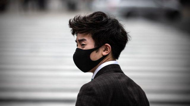 Человек в маске в Японии
