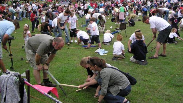 Соревнования по заклинанию дождевых червей.