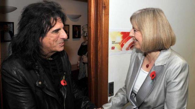 Тереза Мэй с рок звездой Элисом Купером у дверей студии Би-би-си в 2010 году