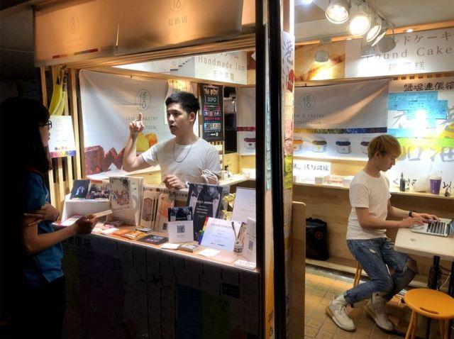 31岁的澳门人梁展辉与台湾伴侣、28岁的丁则言交往近五年,想登记结婚会被台湾政府拒于门外。