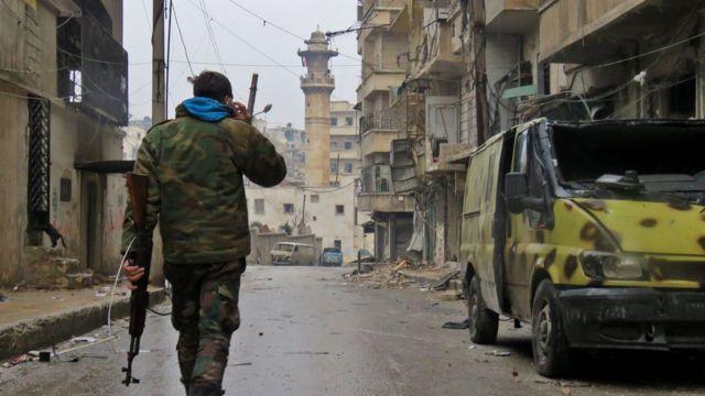 صورة لجندي حكومي بأحد أحياء حلب