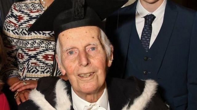 옥스포드 졸업생 존 트로워는 올해 95세다