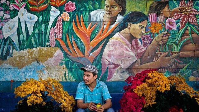 Vendedor de flores afuera del mercado San Miguelito en San Salvador.