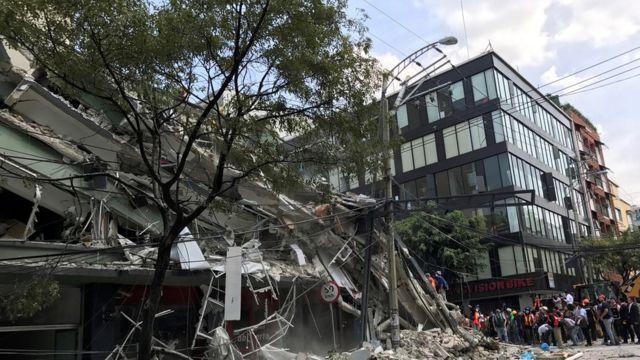 Un edificio derrumbado junto a otro en perfecto estado en Ciudad de México