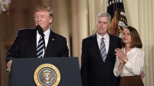 Trump con Gorsuch y su esposa durante el anuncio.