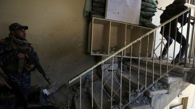 تخوض القوات العراقية معارك من منزل إلى آخر بسبب ضيق الأزقة في غربي الموصل