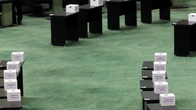 ۱۹ صندوق در مقابل جایگاه هیات رئیسه، برای اخذ رای از نمایندگان تعبیه شده