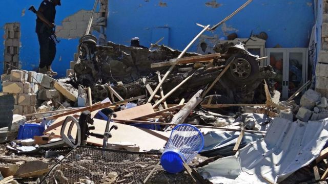عنصر من قوات الأمن يقف في موقع انفجار سيارة مفخخة في مقديشو في منطقة وادجير الجنوبية في 20 يونيو/حزيران 2017.