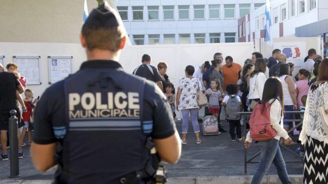 Французский полицейских у школы