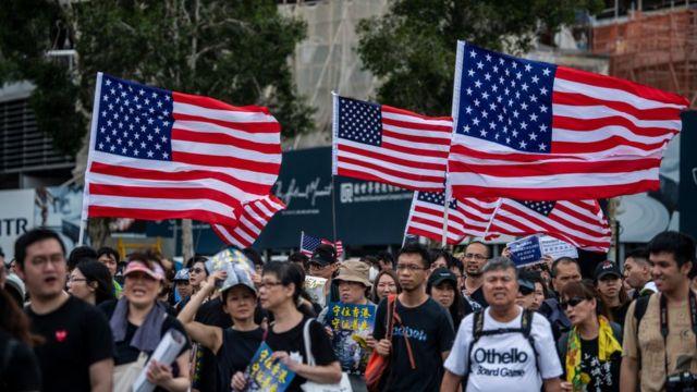 Những người biểu tình Hong Kong vẫy cờ Mỹ trong một cuộc biểu tình hôm 14/7