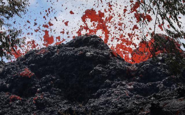 Serpihan lava bagai bebungaan yang menyembur dari gunung Kilauea, 12 Mei.