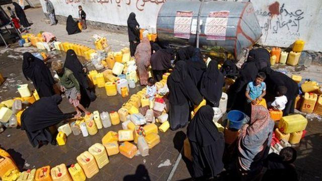 سكان صنعاء يسعون للحصول على المياه