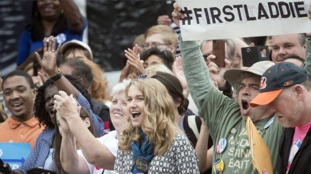 Un simpatizante de Bill Clinton sostiene un letrero que dice First Laddie, que puede traducirse como Primer Muchacho o Chico.