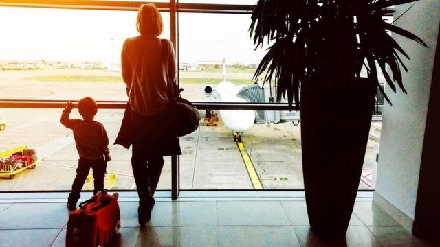 أم وابنها في المطار