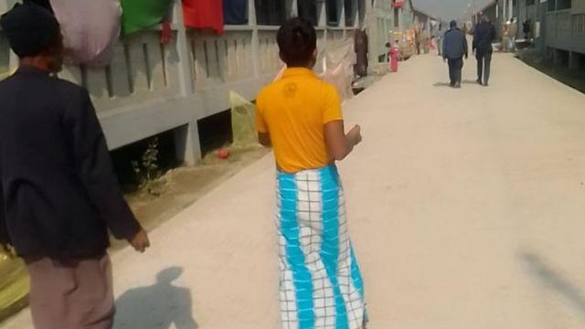 رجال من الروهينغا يسيرون بالقرب من المجمع السكني الجديد