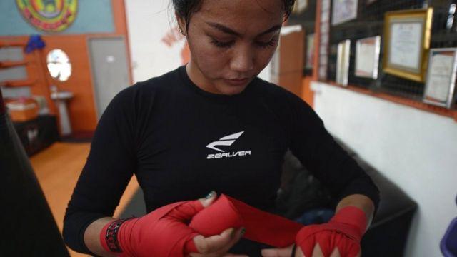 Ratchadaphon Winhantamma strapping her hands
