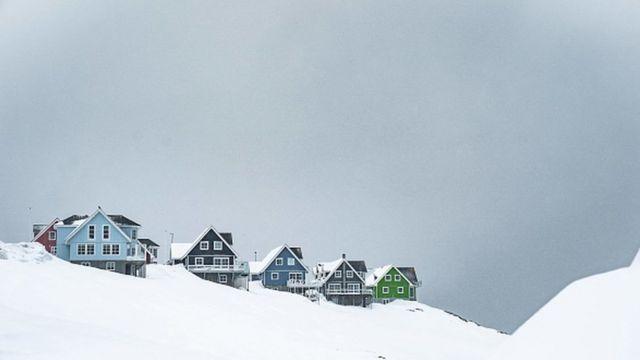 Casas tradicionais de madeiras na cidade de Nuuk, na Groenlândia