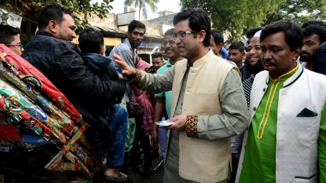 ঢাকায় সরকারদলীয় একজন প্রার্থীর গণসংযোগ।