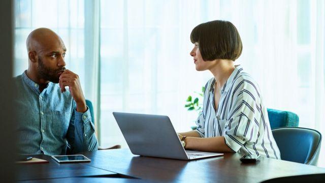 Si tu jefe todavía va a la oficina, ¿eso le da una ventaja al personal que hace lo mismo?