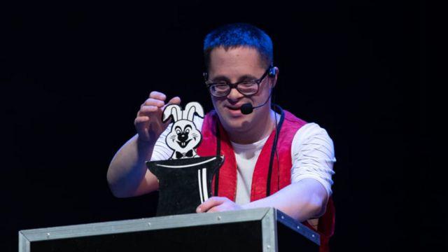 Alejandro Cuervo realizando un truco de magia como MagoAle