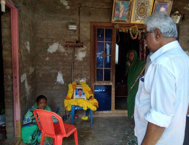 కోటయ్య ఇంటి వద్ద ఆయన కుటుంబ సభ్యులను పరామర్శిస్తున్న సీపీఎం నాయకుడు