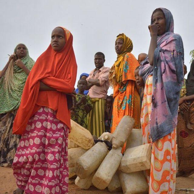 Mujeres y niñas recogen agua en Kenia