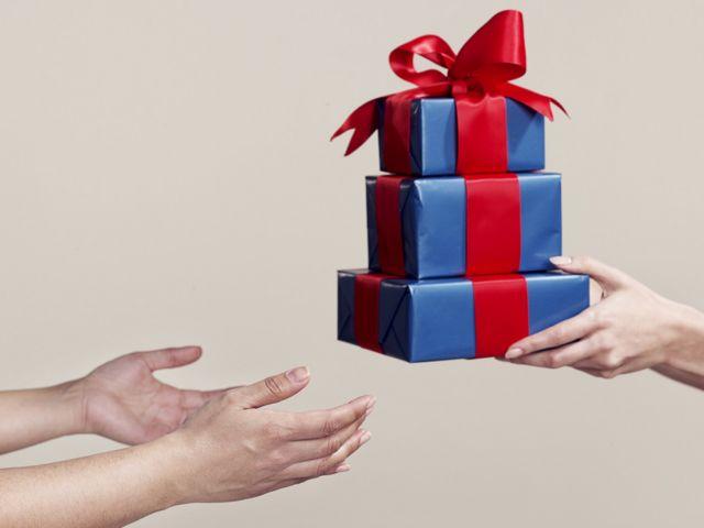 한 쌍의 손이 다른 사람에게 선물을 준다
